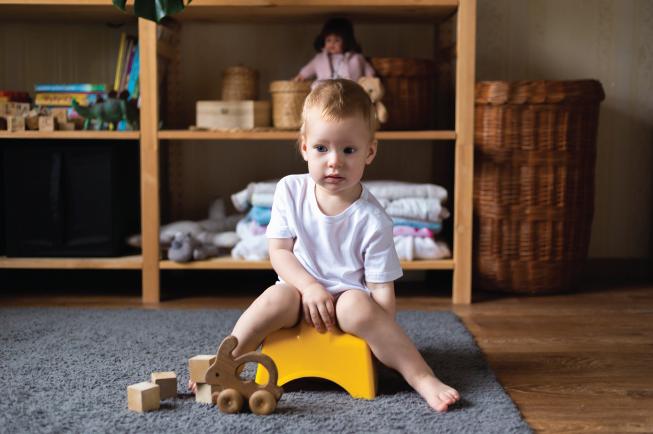 Việc bắt đầu tập ngồi bô hoặc bồn cầu rất dễ khiến bé sợ hãi hoặc căng thẳng dẫn đến tình trạng táo bón
