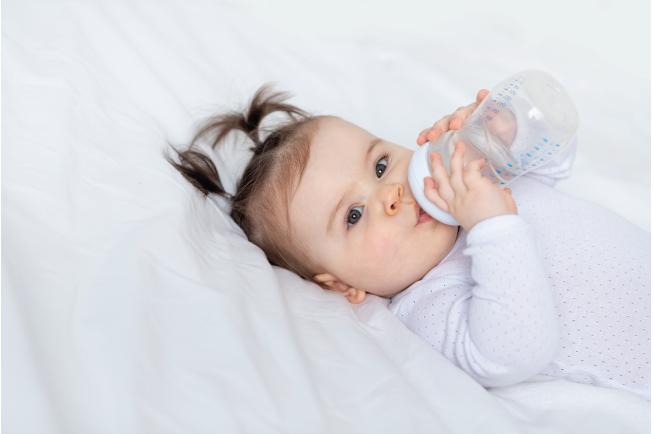 Cho trẻ uống nhiều nước là cách xử lý đơn giản nhất mà bố mẹ có thể thực hiện ngay tại nhà