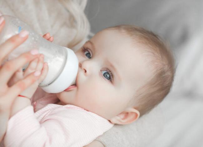 Bế bé một bên là một trong những tư thế cho bé bú bình tốt nhất.