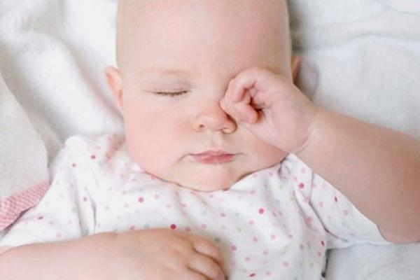 Khi mắt bé bị đau hoặc kích ứng, bé chà tay nhiều vào mắt cũng làm kích ứng vùng da xung quanh mắt và gây nổi mẩn đỏ