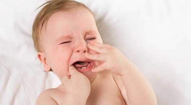 Nhiễm trùng da khiến bé sốt cao, bỏ bú, quấy khóc liên tục