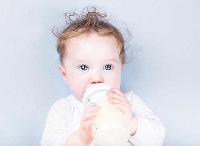 Cho bé bú bình đúng cách sẽ giúp bé phát triển tốt nhất