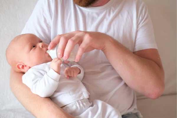 4 nguyên nhân bé bú bình hay nhai và cách khắc phục hiệu quả
