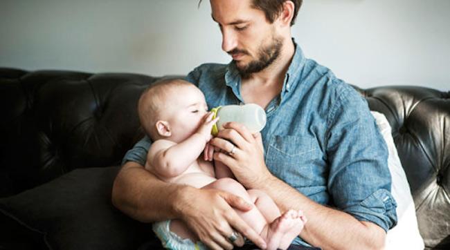 Vắt sữa cho bé bú bình giúp mẹ nhàn hơn vì bất kì ai cũng có thể giúp mẹ cho con tu ti