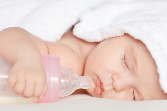 Bé bú bình quá chậm và không hết sữa mẹ nên đưa bé đi khám