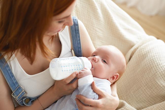 Bú bình sai tư thế có thể khiến bé bú bình chậm