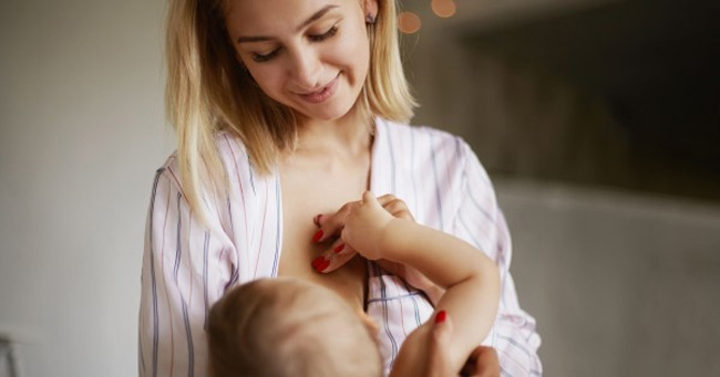Nếu bé ngọ nguậy, tép miệng và khóc là bé đang muốn tu ti mẹ