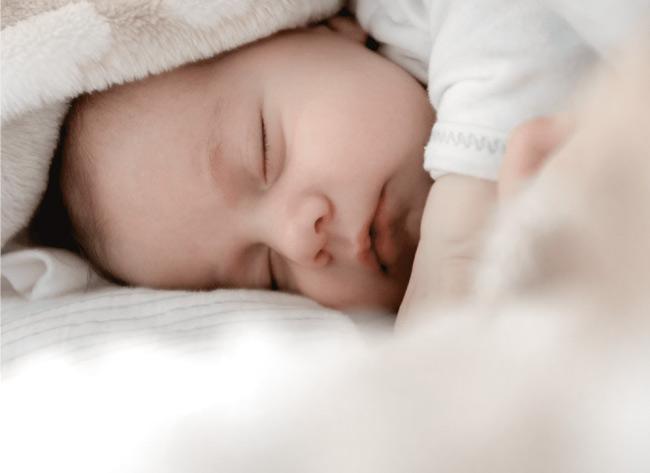 Bé sẽ ngủ ngon hơn nếu bé được no bụng và cơ thể bé sạch sẽ.