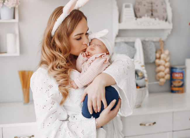 Mặc tã giúp bé ngủ ngon hơn trong vòng tay của mẹ