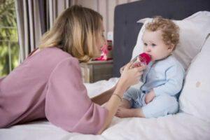 Mẹ nên dùng bình bú thủy tinh hay bình nhựa cho bé?