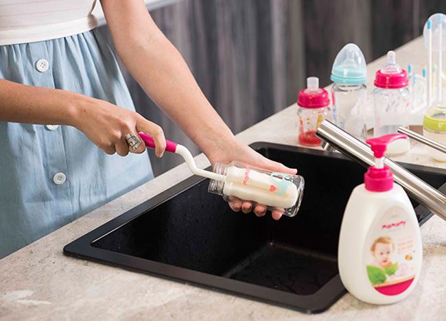 Bình sữa cổ rộng sẽ dễ vệ sinh và làm sạch hơn