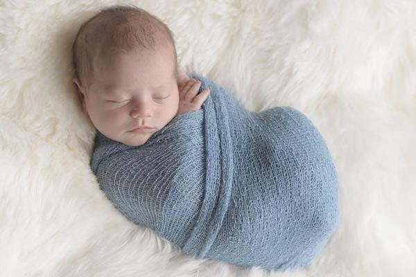 Mách mẹ 2 cách quấn bé ngủ ngon bằng khăn siêu đơn giản