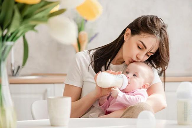 Chất liệu bình sữa là yếu tố đầu tiên giúp sữa mẹ thuần khiết và giữ được nhiều dinh dưỡng nhất