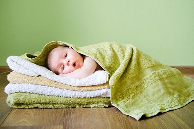 Chất lưu hương hóa học bám trên khăn tắm có thể làm da bé kích ứng