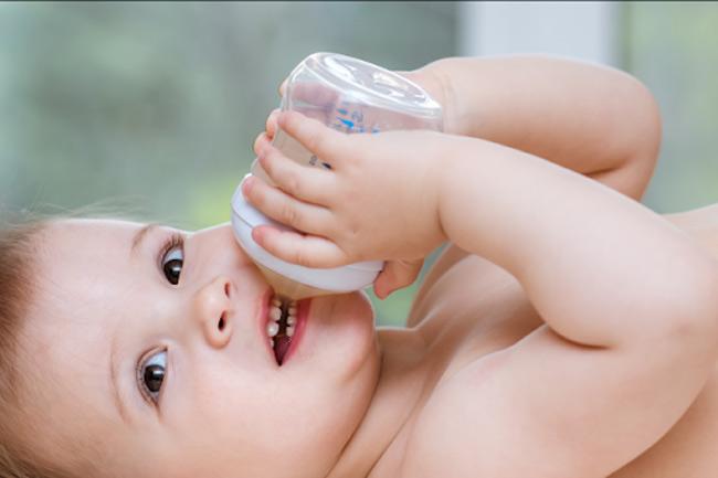 Chỉ vệ sinh bình sữa bằng nước gây hại cho đường tiêu hóa của con