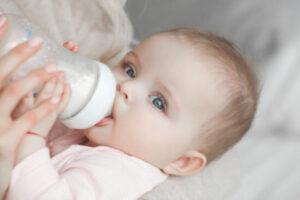 Hướng dẫn mẹ cho bé bú bình đúng cách để phát triển tốt nhất!