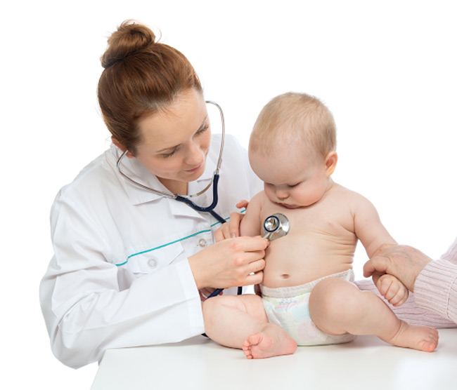 Mẹ đưa bé đi thăm khám bác sĩ ngay khi các nốt mẩn đỏ có dấu hiệu lở loét, nhiễm khuẩn hoặc bé có bất thường khác như sốt, tiêu chảy, bỏ ăn bỏ bú