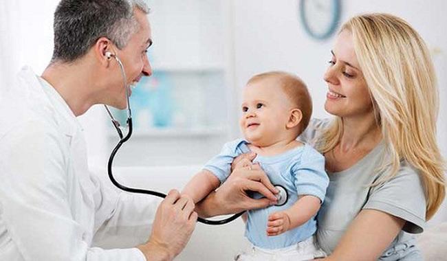 Mẹ đưa bé đi khám bác sĩ ngay nếu bé sốt cao, quấy khóc dữ dội, các nốt mẩn đỏ bị nhiễm khuẩn, có mủ lở loét,...