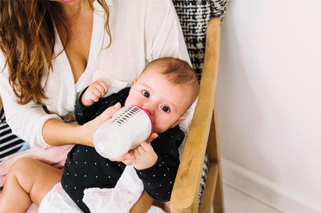Với bé dưới 3 tháng tuổi, bình 120ml sẽ đáp ứng đủ nhu cầu mỗi cữ bú của bé (khoảng 60 - 120ml/cữ)