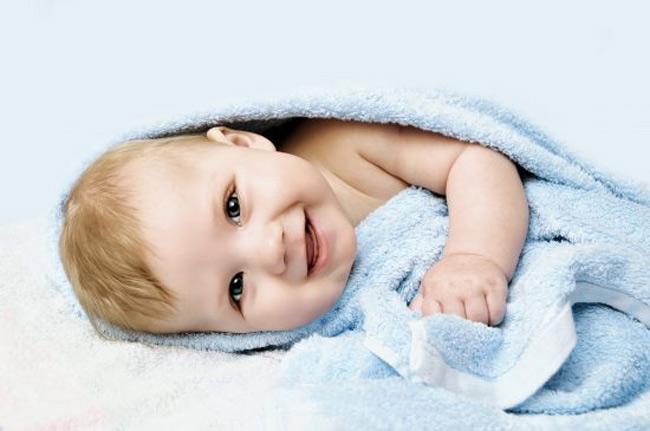 Da con sẽ hồi phục nhanh chóng nên mẹ đừng làm vỡ các nốt mụn trên da của con mẹ nhé!