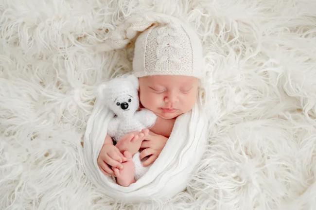 Đặt bé nằm ngửa khi quấn khăn giúp giảm nguy cơ đột quỵ bất ngờ ở bé sơ sinh