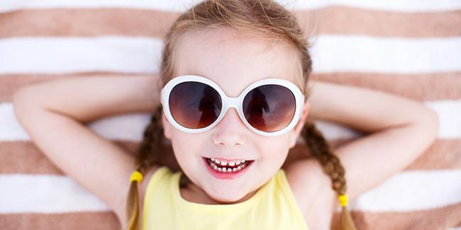 Đeo kính mắt giúp tránh dị vật như khói, bụi, ánh sáng làm hại đến mắt bé