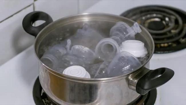 Dùng nước sôi tiềm ẩn rủi ro giải phóng chất độc BPA gây ung thư não bé.