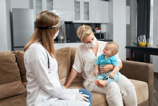 Nếu bé có dấu hiệu viêm nhiễm, mẹ đưa bé đến gặp bác sĩ nhé!