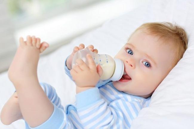 Khi mẹ chuyển sang sữa mới, bé lạ mùi vị nên sẽ bú chậm hơn 1 chút