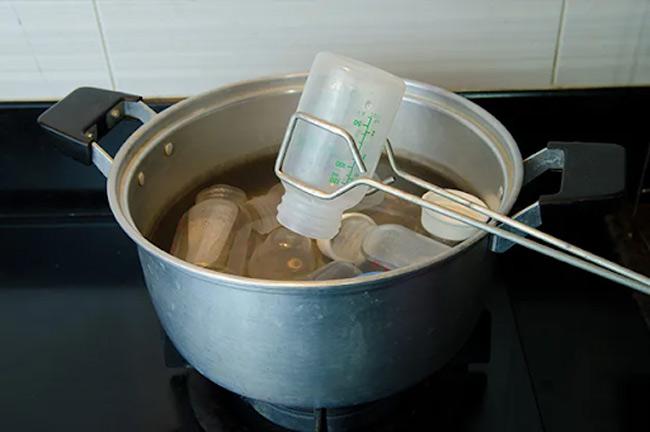 Mặc dù cách tiệt trùng bằng nước sôi khá đơn giản nhưng tốn thời gian của mẹ, thậm chí dễ làm hỏng núm ti, bình sữa.