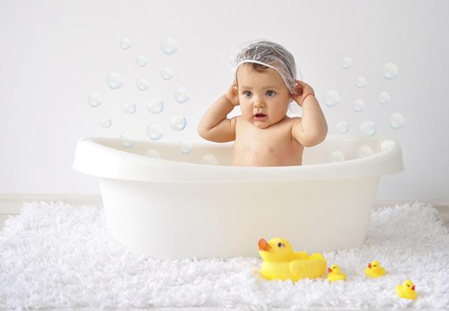 Làm sạch da bé bằng nước sạch trước và sau khi tắm lá