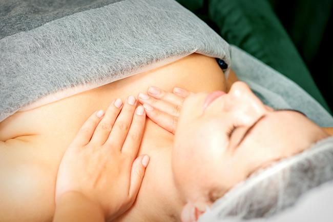 Chườm ngực làm giãn nở nang sữa