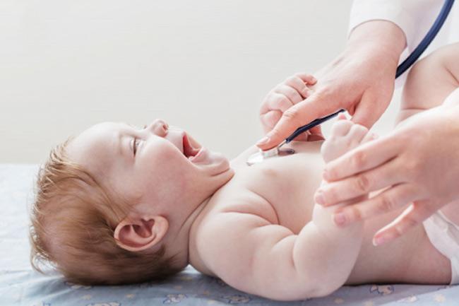 Mẹ phải chăm sóc cho bé theo đúng chỉ định của bác sĩ, không được tùy ý thay đổi liều lượng hoặc thuốc của bé