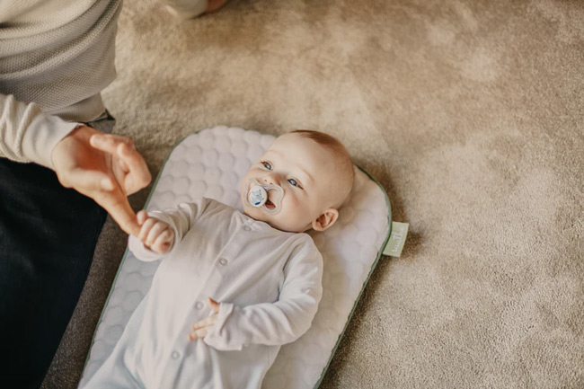 Mẹ đừng vì bé khóc nhiều mà vào thăm bé nhiều hơn, bởi bé sẽ làm nũng đó ạ