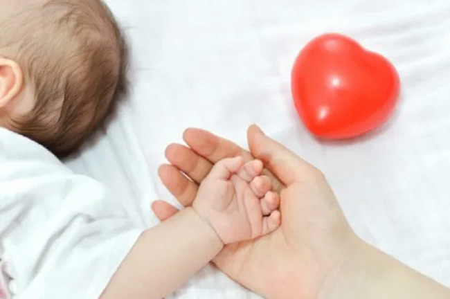 Mẹ hãy ngủ chung với bé để bé luôn cảm thấy được an toàn.