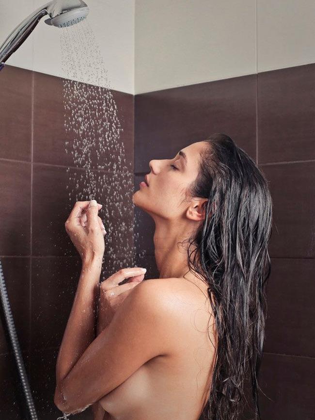 Mẹ massage ngực dưới vòi sen nước ấm, sẽ rất hiệu quả đó mẹ