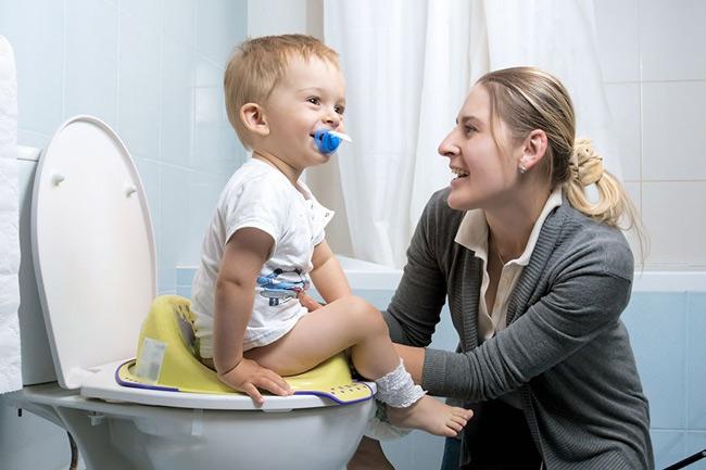 Mẹ trò chuyện cùng bé khi bé đi vệ sinh
