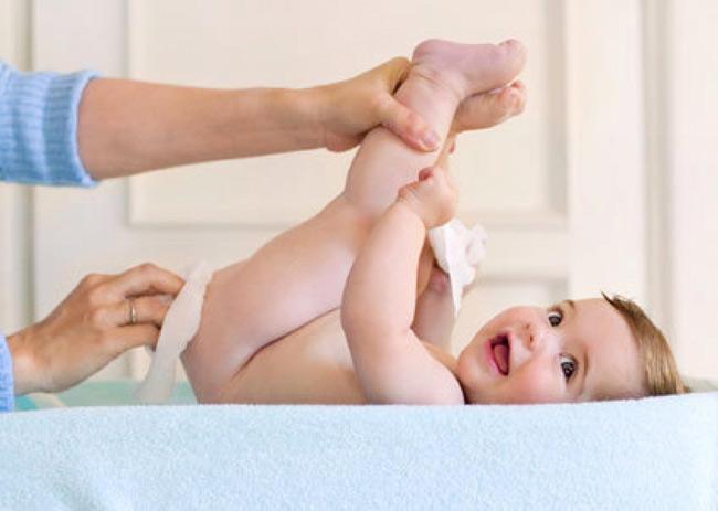 Vệ sinh vùng da mặc tã của con bằng khăn ướt có thành phần cao cấp trước khi dùng sản phẩm xử lý hăm