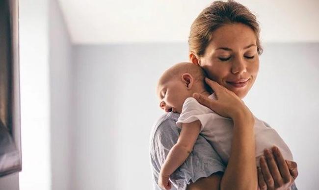 Nếu bé thường xuyên ợ hơi nôn trớ, mẹ vỗ ợ hơi đẩy không khí ra khỏi dạ dày cho bé.