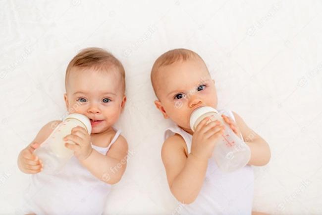 Núm ti cứng, có mùi, lỗ nhỏ hoặc to đều ảnh hưởng đến việc bú bình của bé