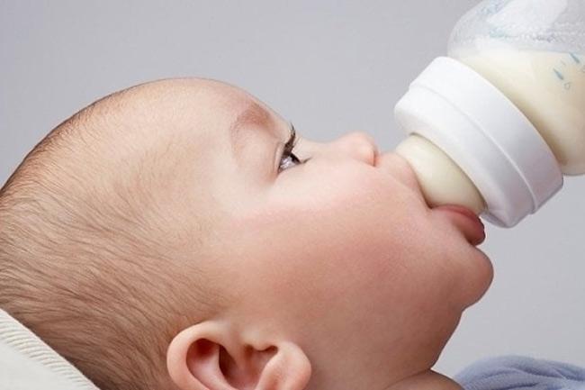 Núm ti đầy sữa sẽ giúp bé tránh bị đầy hơi, nôn trớ