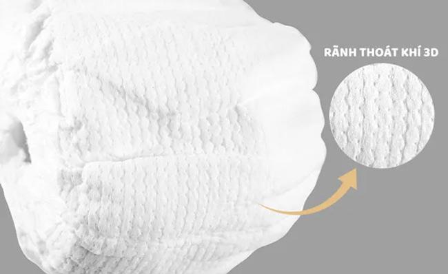 Bề mặt tã có nhiều lỗ thoát sẽ giúp chất lỏng được thấm hút tốt hơn, tránh tràn tã
