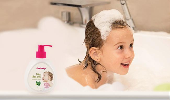 Sử dụng các sản phẩm bọt tắm gội thiên nhiên, an toàn với làn da nhạy cảm của bé