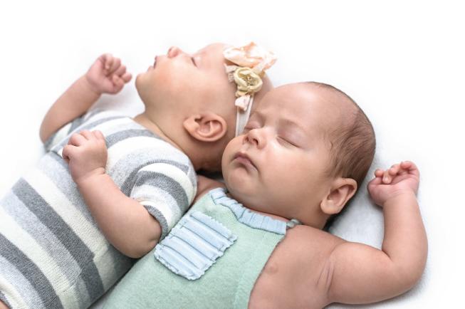 Sinh đôi khác trứng, 2 bé có ngoại hình khác nhau, cùng hoặc khác giới tính