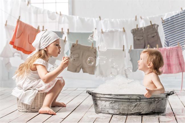 Hãy lựa chọn các sản phẩm tắm gội có thành phần an toàn để bảo vệ làn da của bé