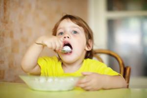 Bé 2 tuổi ăn hay bị nôn: 12 Nguyên nhân & 10 Cách khắc phục