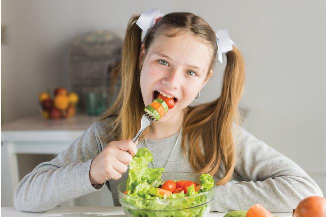 Mẹ nên đảm bảo thực phẩm sạch để bé 2 tuổi ăn không bị nôn