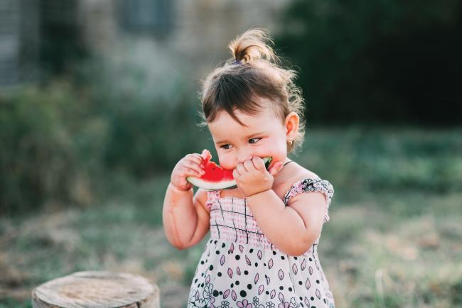 Nước và chất điện giải là những chất quan trọng và cần thiết cho bé 2 tuổi ăn hay bị nôn