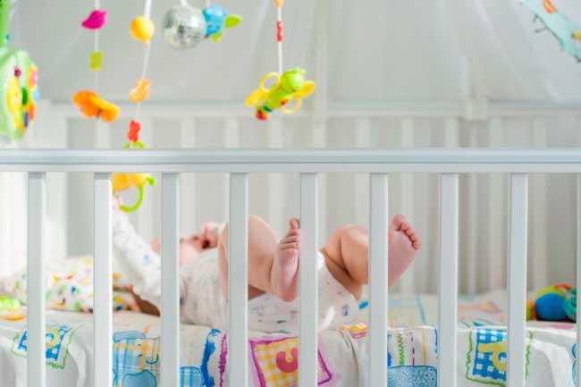 Bé sơ sinh rất tò mò với thế giới xung quanh