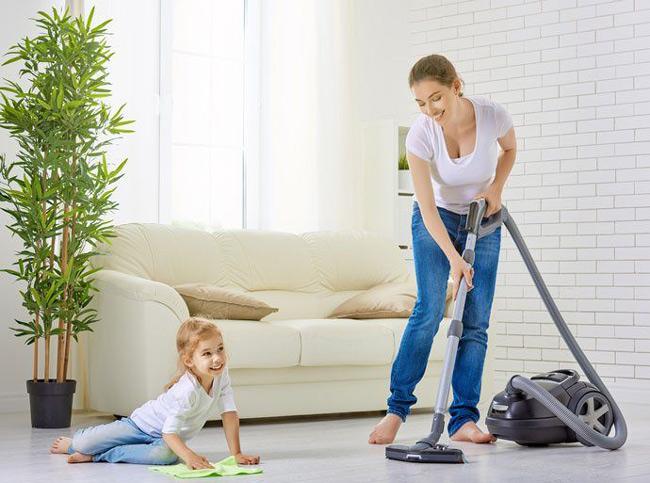 Vệ sinh không gian sống sạch sẽ để tránh bụi bẩn, lông thú cưng, ẩm mốc gây dị ứng cho bé